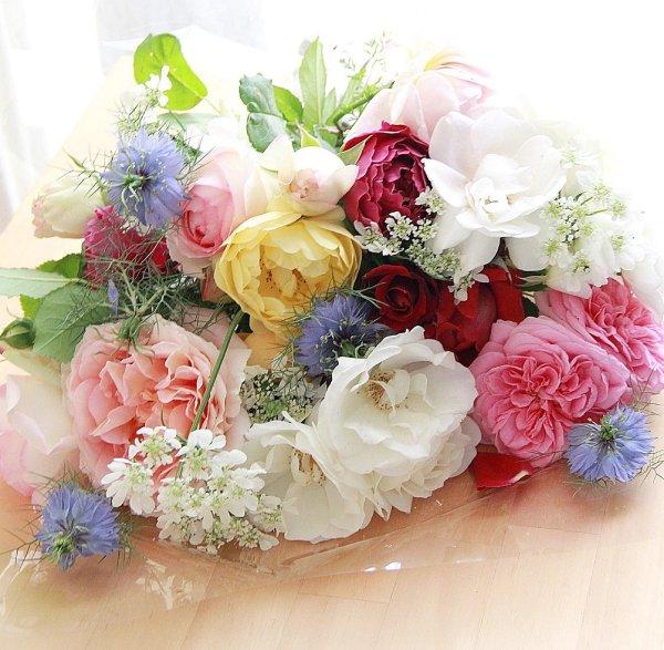 春の花で作った花束