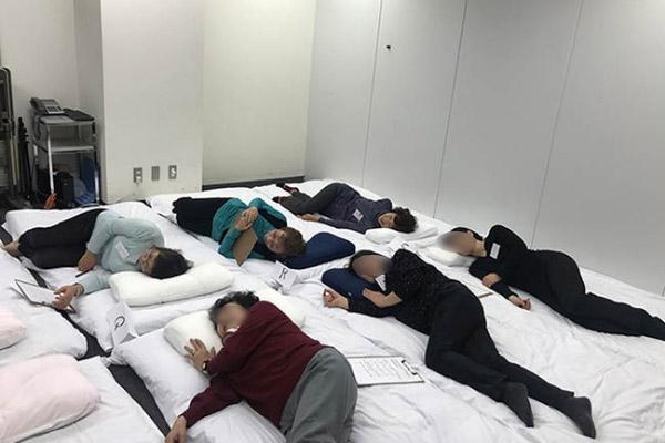 2018年1月に行ったモニター会の様子。会議室に布団を敷いて、いろいろな枕の寝心地を比べました。
