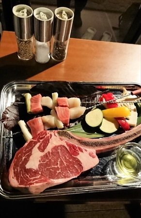 骨付き牛肉はボリュームたっぷりでした