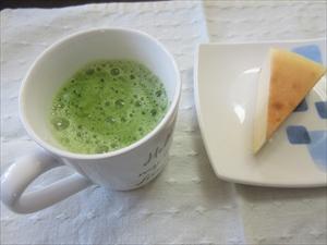 ホット豆乳抹茶と間食(チーズケーキ)