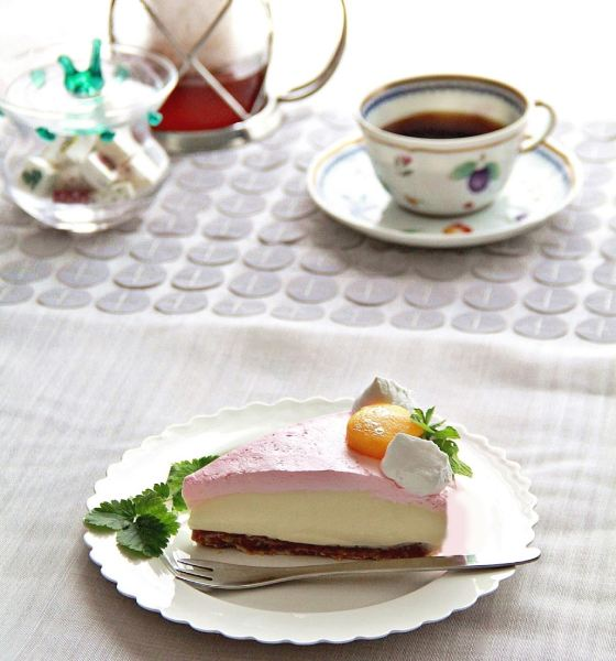 ピンクのレアチーズケーキ