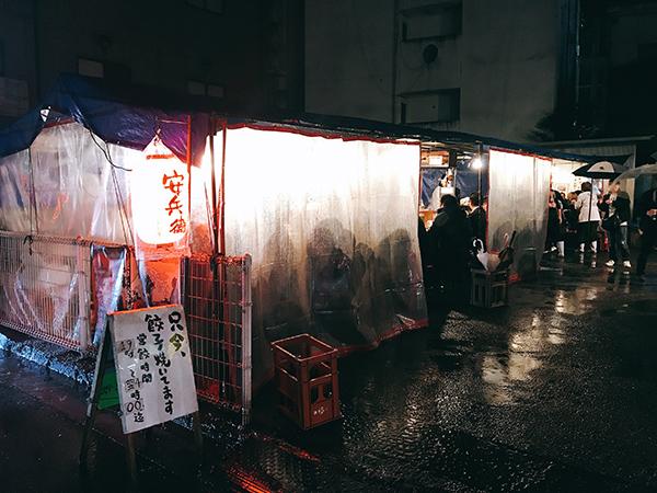 夜中でも大賑わいの餃子の安兵衛本店