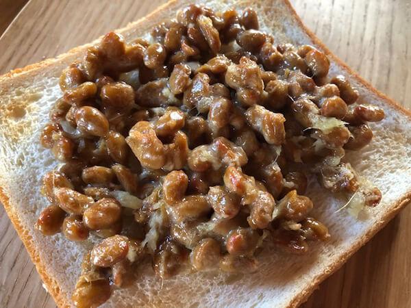 【姜葱醤アレンジ1】納豆に混ぜてネギ風味トーストに!