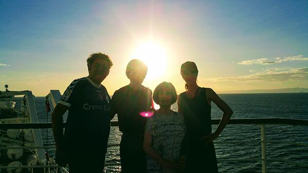 夕陽を背にフラメンコギタリストのチャノさん、カンタオーラの有加さんと