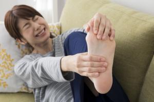 寝ているとき足がつるのはどうして? 対処法は?