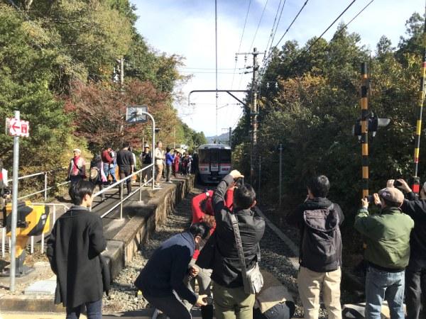 柿平駅で約5分停車