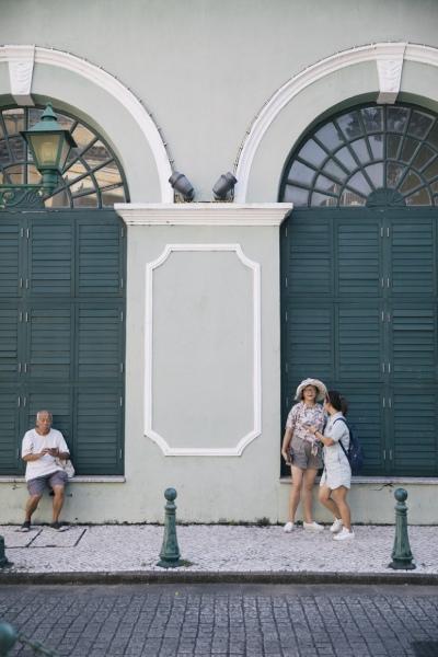 淡いペパーミントグリーンの壁の色がきれいなコロニアル風の建物