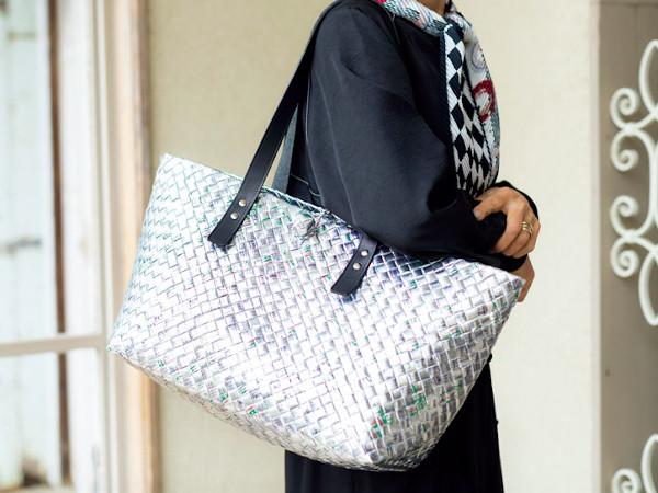 70代ファッション:大型バッグをポイントに