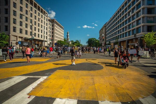 「Black Lives Matter」と巨大な黄色い文字でペイントされたワシントンDCの大通り