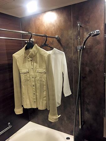 体臭改善アイデア16:入浴後の浴室にかけて衣類のニオイ取り