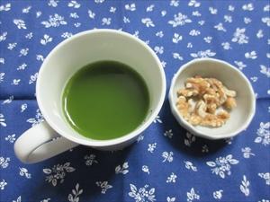 お湯で溶いた抹茶と間食(クルミ)