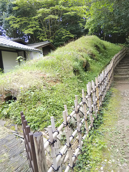 江戸時代の窯跡。住宅地の裏手の小高い場所にあります
