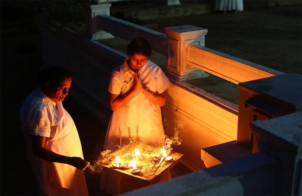 ポヤデーの礼拝は夕暮れ時が一番盛況となる