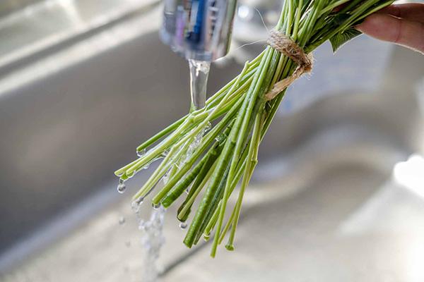 水道水で洗い流す
