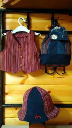 Aさん、Bさんが持ち寄った生地と、自分の端切れでリュック&帽子が完成。帽子の縞柄は、ベストの残り布を使用