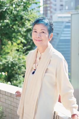 グレイヘアをカラーリングしている中村里香子さん