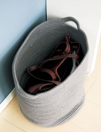 仕事用かばんは、かごに入れるだけ
