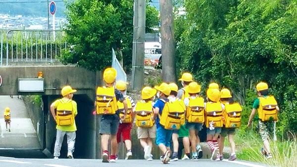 子どもたちのにぎやかな下校姿が、町に戻ってきた。