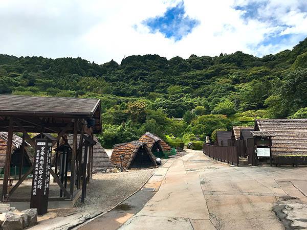 明礬温泉の湯の花小屋が立ち並ぶ一角