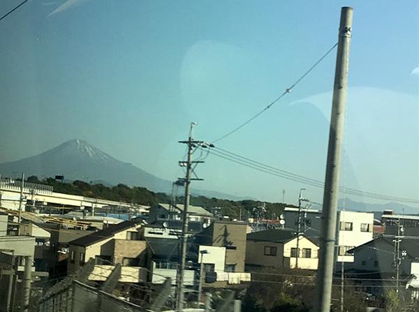 東海道新幹線の左側の窓からも富士山が見える