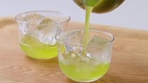 緑茶オンザロックの作り方4:氷の上からお茶を注ぐ