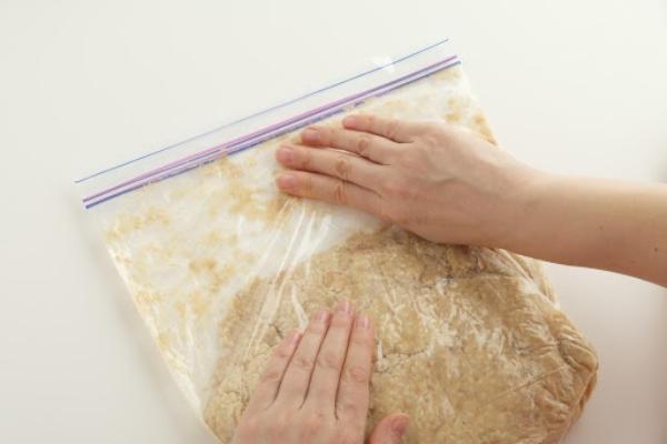 袋の空気を抜き密閉する