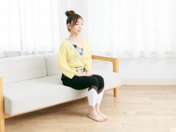 背もたれには寄りかからず、背筋を伸ばして浅くソファに腰かける