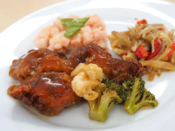 こちらは肉料理の一例。主菜の「鶏の唐揚げ甘酢あん」と副菜2種