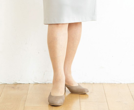 痩せて見える立ち方(スカート):足を前後にずらしてひざを重ねる