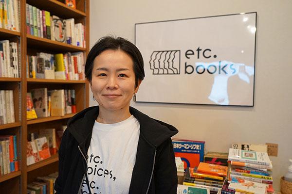 フラワーデモの呼びかけ人の一人であり、エトセトラブックス代表の松尾亜紀子さん。