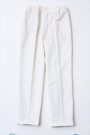 似合う服:白やカーキのパンツ
