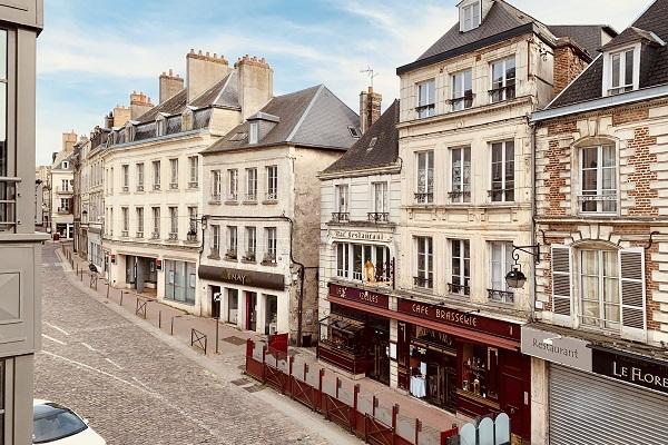 コロナ禍のフランス・パリ。カフェもレストランも閉店中で静まり返った街。