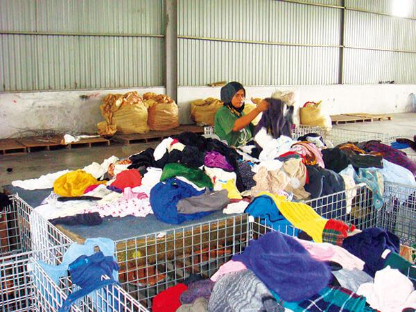 回収された古着の選定、販売はインドやタイなどの現地雇用につながります。