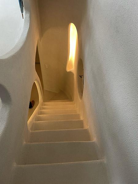地下へ続く階段。