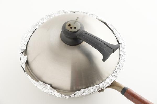 ふたをして弱火で15分ほど燻して火を止め、そのまま余熱で5分ほど蒸らす