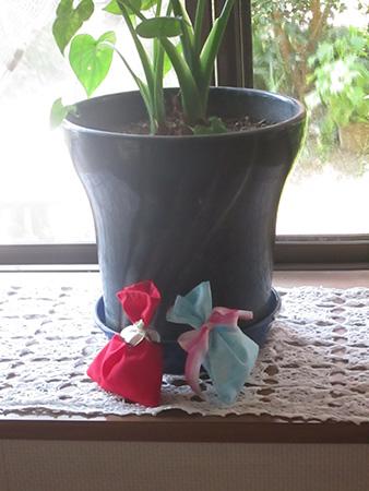 観葉植物とともに匂い袋で癒やしの部屋に