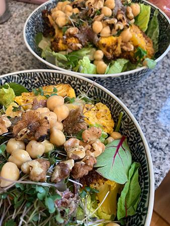 ロースト野菜の残り物、こんがり胡桃のサラダ。スプラウトは自家製。この日は私の分も作ってくれました!