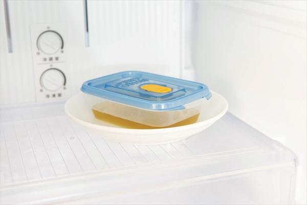夏の掃除:冷蔵庫の容器の下には皿を敷く