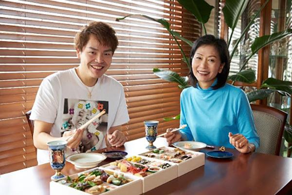 新井美子さんと息子の貴文さん
