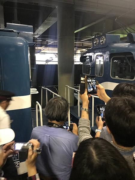 連結する様子を撮る乗客たち
