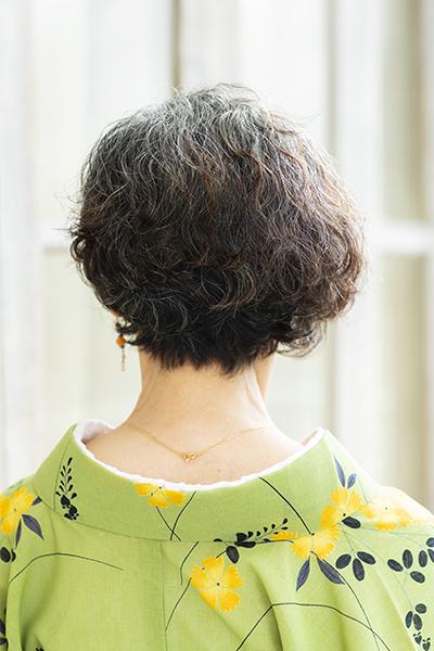 70代のすてきなグレイヘア女性