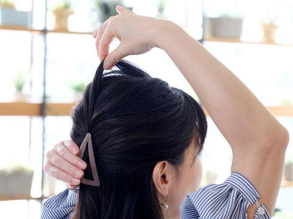 【行程4】トップの髪を、中央から順に引き出す