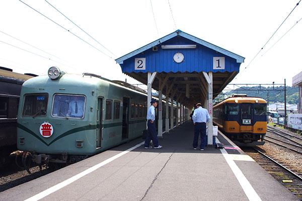 ホームに停車する南海電鉄車輛(左)と近鉄ビスタカー(右)