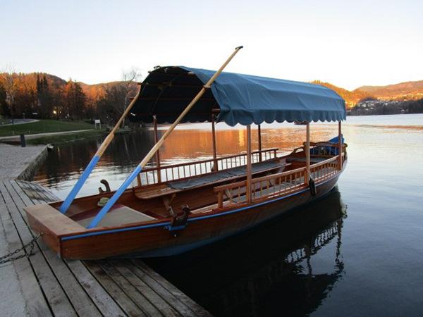 手漕ぎボート。20人~30人ほど乗れる大型のボート