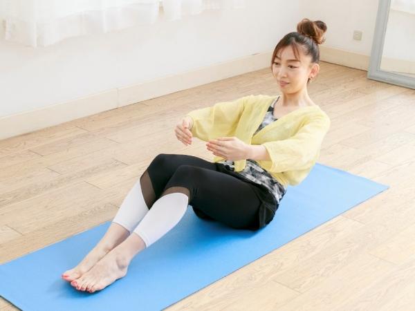 腹筋に力を入れ、上体を後ろに倒して座る