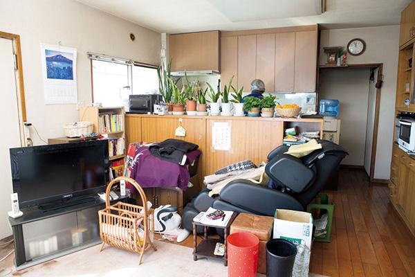 広い居間にも台所にも物が山積み