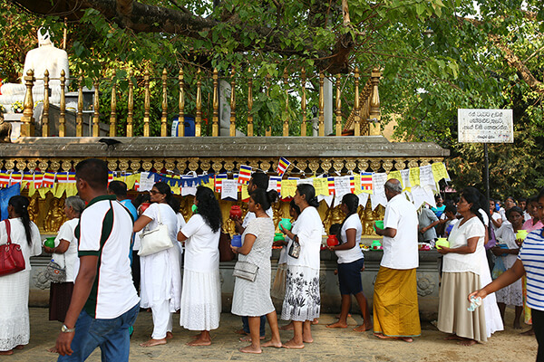 お供えに並ぶ参拝者の列
