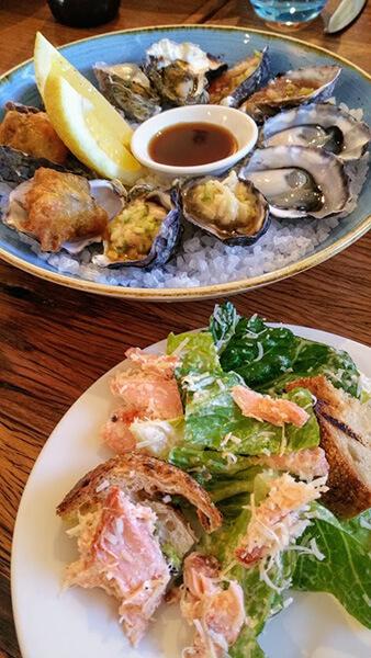 オイスター料理と海老サラダ