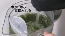 緑茶オンザロックの作り方2:急須にポットから湯を注ぐ