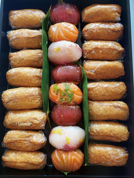 Thanksgiving dayを過ごすお友達のカメラマンの家に持っていったというお寿司。パスタ用の製麺機でそばも手作り! 写真提供=『かおり的家ごはん』(KADOKAWA刊)
